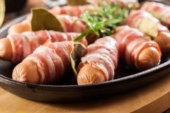 Mini salsichas cruas envolvidas no bacon fumado foto de stock royalty free