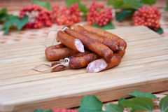 Mini salsichas em uma placa de madeira Imagens de Stock