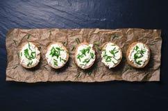 Mini sandwichs sur le fond foncé Photo stock