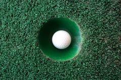 Mini scène de golf avec la boule et le trou image libre de droits