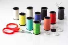 Mini Scissor e primo piano multicolore del fondo dei filati cucirini Immagini Stock