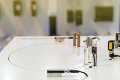Mini sensore di prossimità di accuratezza per individuare materiale moveing per il lavoro industriale sulla tavola fotografia stock