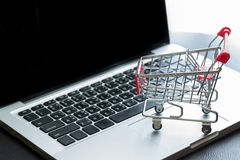 Mini Shopping Cart On Laptop royaltyfri fotografi
