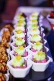 Mini sobremesa cor-de-rosa sobremesas do bolo do creme da morango para um partido Imagens de Stock Royalty Free