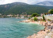 Mini spiaggia con una bella vista sull'isola di Kefalonia nel Mar Ionio in Grecia immagini stock libere da diritti