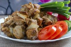 Mini spiedi del pollo e di un piatto laterale degli ortaggi freschi Fotografia Stock