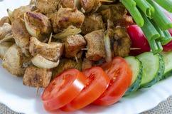 Mini spiedi del pollo e di un piatto laterale degli ortaggi freschi Fotografie Stock