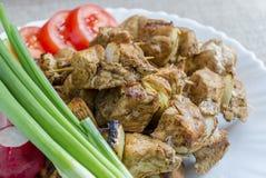 Mini spiedi del pollo e di un piatto laterale degli ortaggi freschi Fotografia Stock Libera da Diritti