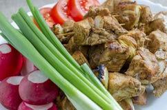 Mini spiedi del pollo e di un piatto laterale degli ortaggi freschi Immagini Stock Libere da Diritti