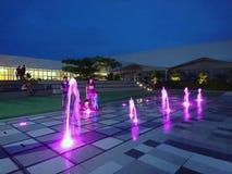 Mini- springbrunnar på nightime royaltyfri foto