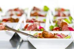 Mini spuntini variopinti, aperitivi in tazze bianche Dieta sana o Fotografia Stock Libera da Diritti