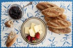 Mini- Stangenbrot mit Erdbeeren und Butter Lizenzfreies Stockbild
