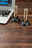 Mini stereomicrofoons, laptop en exemplaarruimte royalty-vrije stock foto