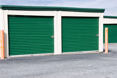 Mini Storage Warehouse Building avec les portes vertes Photographie stock
