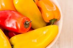 Mini Sweet Bell Peppers In colorido un cuenco Foto de archivo