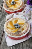 Mini- syrligt med den gräddostfyllning, persikan och blåbär Royaltyfri Fotografi