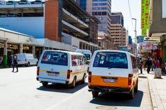 Mini táxi do ônibus em ruas de Joanesburgo imagem de stock