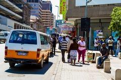 Mini táxi do ônibus em ruas de Joanesburgo imagens de stock