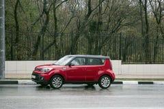 Mini tanoeiro vermelho estacionado perto do parque um imagens de stock royalty free