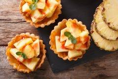 Mini Tart med den nya ananas- och driftstoppcloseupen horisontalöverkant V Royaltyfri Bild