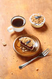 Mini Tart rustique avec Honeysuckle Curd Cream Photos stock