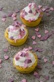 Mini tarta con los corazones rosados Imagen de archivo libre de regalías