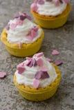 Mini tarta con los corazones rosados Fotos de archivo libres de regalías