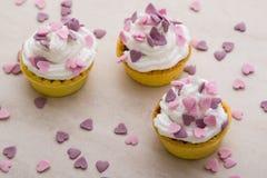 Mini tarta con los corazones rosados Fotografía de archivo libre de regalías
