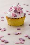 Mini tarta con los corazones rosados Foto de archivo