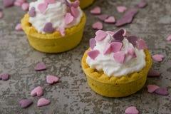 Mini tarta con los corazones rosados Imagen de archivo