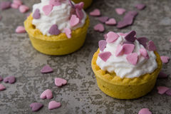 Mini tarta con los corazones rosados Fotos de archivo