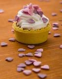 Mini tarta con los corazones rosados Foto de archivo libre de regalías