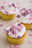 Mini tarta con los corazones rosados Fotografía de archivo