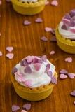 Mini tarta con los corazones rosados Imagenes de archivo