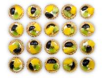 Mini tarte délicieuse de fruit avec la pêche, le raisin et le kiwi, ligne et image libre de droits