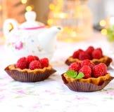 Mini tartes avec des fruits de framboises Image stock