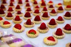Mini tartes avec des rasberiies sur le dessus Images stock