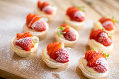 Mini tartes de fraise sur le fond en bois Photographie stock libre de droits