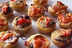 Mini tartes de tomate et de champignon de couche Photographie stock libre de droits