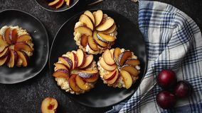 Mini tartes faites maison délicieuses avec le fruit coupé en tranches frais de prune clips vidéos