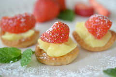 Mini tartletts de fraise Images stock