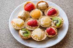Mini Tarts, Tartolet o tortini con frutta fresca crema e immagini stock libere da diritti