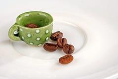 Mini taza de café con el café haba-más cercano imágenes de archivo libres de regalías