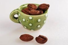 Mini taza de café con haba-cierre del café para arriba foto de archivo libre de regalías