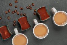 Mini tiramisù e caffè del dessert con latte immagine stock libera da diritti
