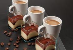 Mini tiramisù e caffè del dessert con latte fotografia stock