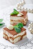 Mini tiramisu de las tortas con el chocolate, el cacao y los caramelos blancos en cierre ligero del fondo para arriba Barra delic Imagen de archivo