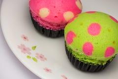 Mini tortów wizerunki na talerzu zdjęcia royalty free