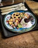 A mini torta da framboesa com gelado e mistura frutifica Imagem de Stock Royalty Free