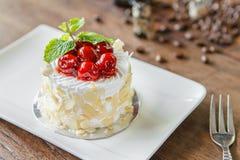 Mini torta de la crema de la vainilla con la almendra y la cereza Imagen de archivo libre de regalías